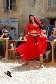 Danseuse à la foire du Roy rené à Peyrolles en provence