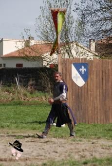 affrontements, joutes, combats médiévaux avec son aboyeur médiéval lors de la foire du roy rené à Peyrolles en Provence en 2018