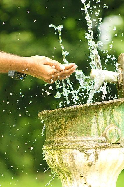 éclaboussure eau sur poignet