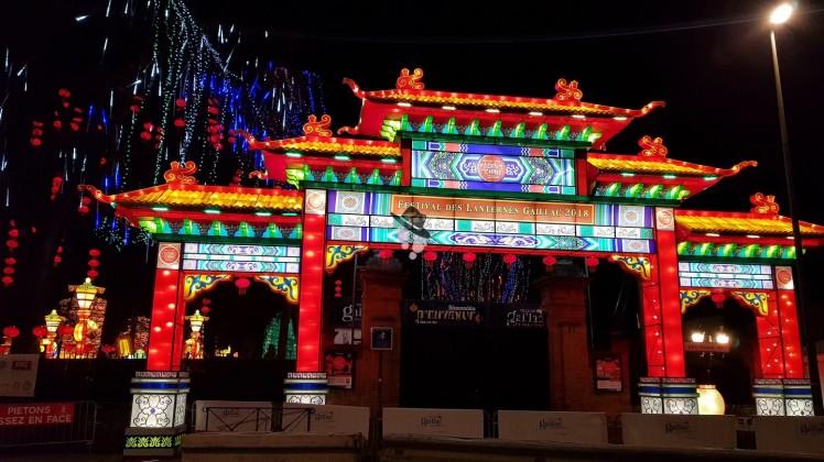 entrée du festival des lanternes fééries de chine à gaillac famille tout à dire